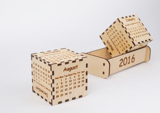 Настольный календарь с деревянными кубиками