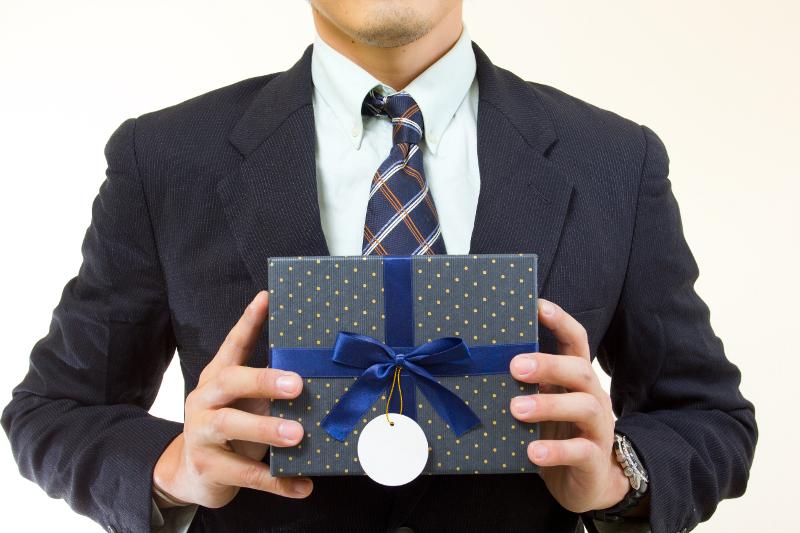Подарок госслужащему не должен превышать 372